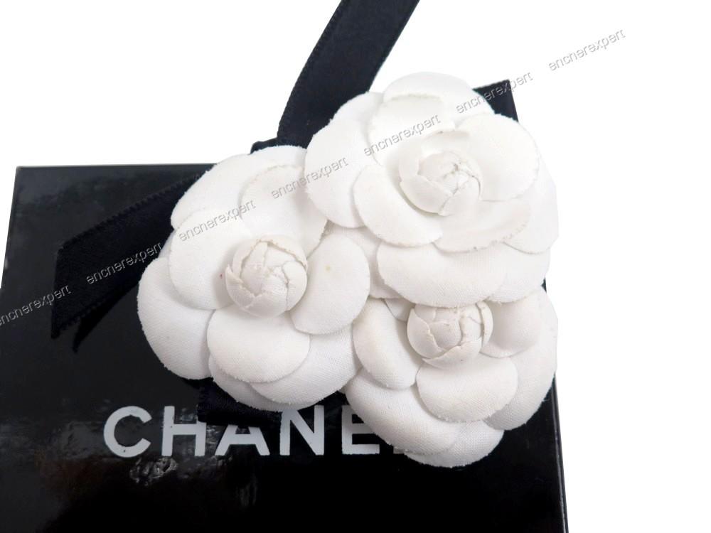 30f97ce787ee Broche CHANEL triple camelia fleur blanc noir - Authenticité garantie -  Visible en boutique