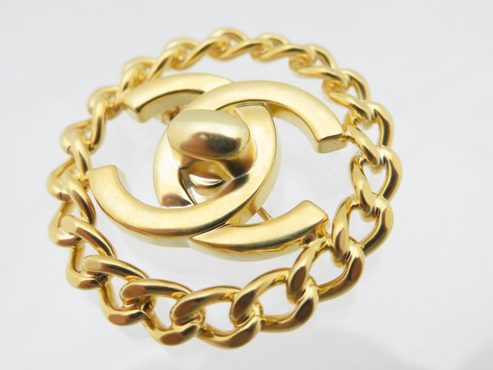 broche chanel logo cc 1997 en metal dore bijou authenticit garantie visible en boutique. Black Bedroom Furniture Sets. Home Design Ideas