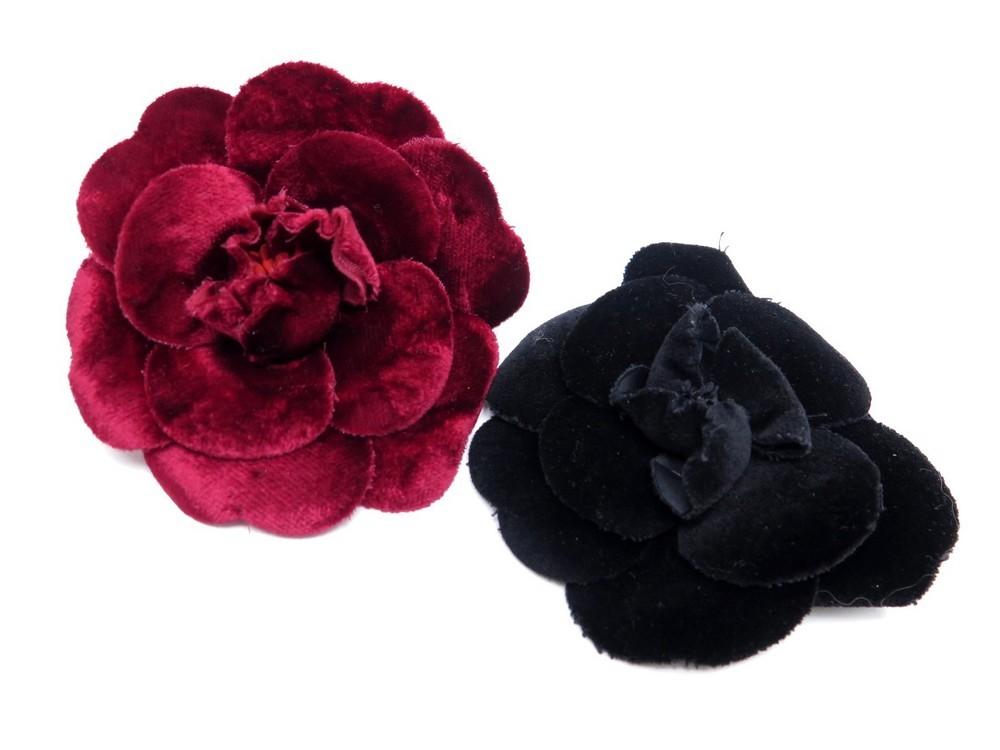 f18c1986939 Lot de 2 broches CHANEL camelia fleur velours noir - Authenticité garantie  - Visible en boutique
