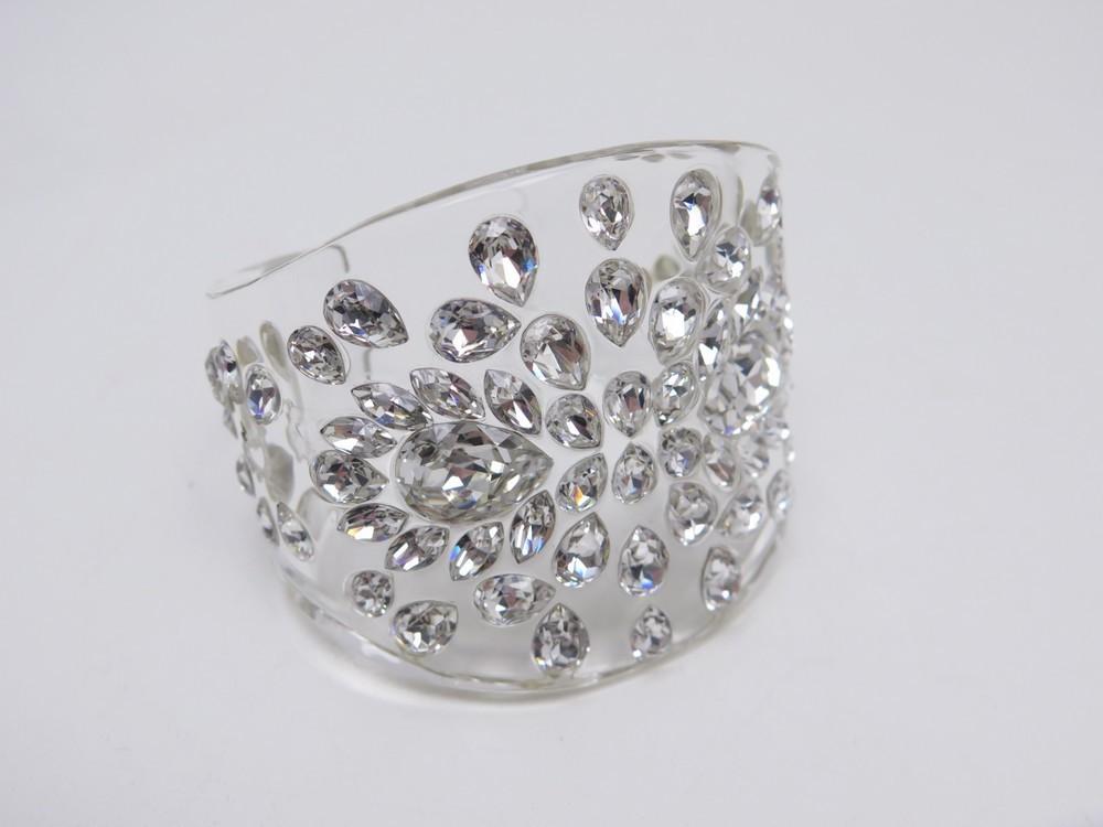 bracelet christian dior t16 manchette en plexiglas authenticit garantie visible en boutique. Black Bedroom Furniture Sets. Home Design Ideas